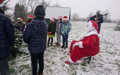 """Aknīstes vidusskolas 1.-4.klašu skolēni un skolotājas: """"Ziemassvētki būs!"""""""
